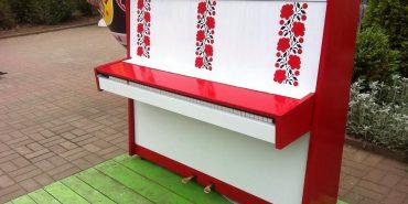 Вуличне піаніно «одягнули» у вишиванку та повернули на площу перед Писанкою. ФОТО