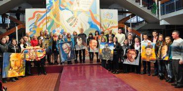 Прикарпатський художник Роман Бончук подарував кілька картин школам
