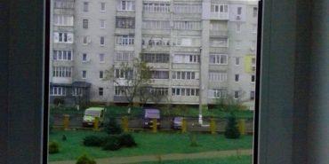 Невідомий стріляв по вікнах калуської школи. ФОТО