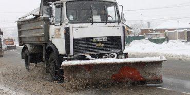 Коломийським комунальникам заважають очищувати вулиці від снігу автомобілі, залишені на узбіччі