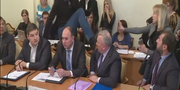 Депутат Парасюк вдарив ногою працівника СБУ Василя Пісного. ВІДЕО+КОМЕНТАРІ