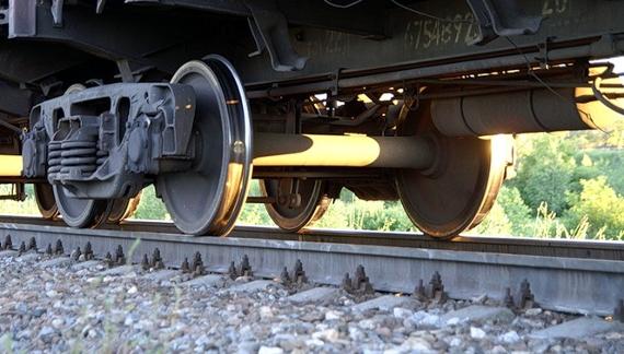 15-літню дівчину затягнуло під колеса локомотиву