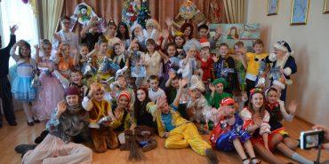 10 000 дітей з трьох районів Прикарпаття отримали дарунки від благодійного фонду «Покуття». ФОТО