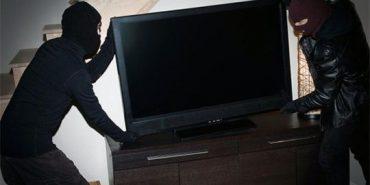 У Коломиї злочинці викрали з будинку телевізор