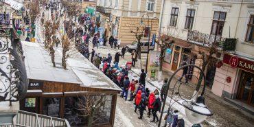 """Майже 800 коломиян утворили """"живий ланцюг єдності"""" біля пам'ятника Шевченку. ФОТОРЕПОРТАЖ"""