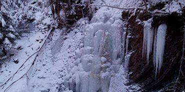 За Манявським водоспадом на Прикарпатті замерз Женецький. ФОТО