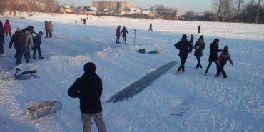 На міському озері коломияни катаються на ковзанах та грають в хокей. ФОТО