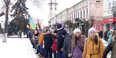 """Вчора у Коломиї утворили """"ланцюг єдності"""". ВІДЕО"""