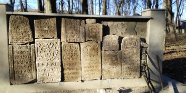 На єврейському кладовищі у Коломиї розтрощили 42 надгробні плити, яким майже по 200 років. ФОТО