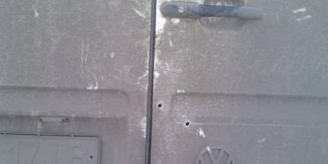 Машину прикарпатських волонтерів обстріляли в дорозі. ФОТО