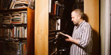 Письменник Тарас Прохасько показав свою домашню бібліотеку