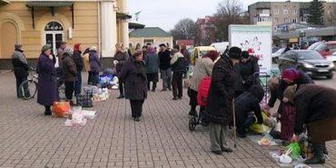 У Коломиї на залізничному вокзалі гостей міста зустрічають вуличні торговці. ВІДЕО