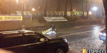 Нардеп з Коломиї Юрій Тимошенко під Кабміном зірвав провокаційний плакат партії Капліна