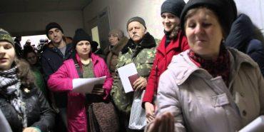 Коломияни стоять у черзі цілу ніч, щоб виготовити закордонні паспорти. ВІДЕО