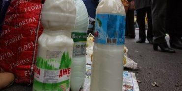 Свіже молоко у Коломиї розливають у пляшки зі смітників