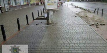 Патрульні Івано-Франківська знайшли автомобіль, котрий пошкодив антипаркувальні стовпчики. ФОТО