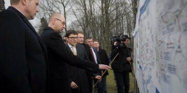 """Яценюк на Прикарпатті: """"Не будемо розмазувати сотні мільйонів гривень на ямковий ремонт"""""""
