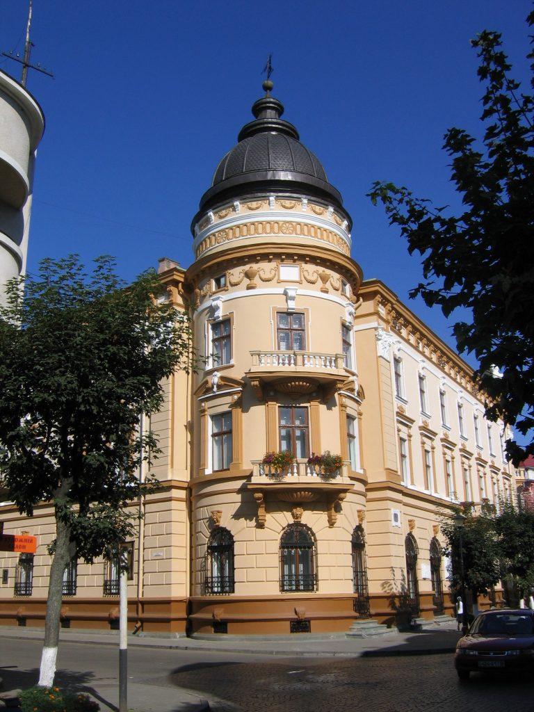 Національний музей народного мистецтва Гуцульщини та Покуття ім. Й. Кобринського (колишній Український народний дім)