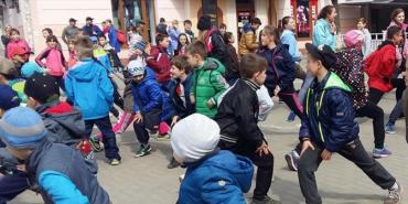 """У середмісті Коломиї молодь вийшла на """"Руханку"""". ФОТО"""