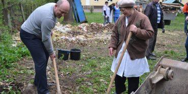 У Коломиї біля військового госпіталю триває толока, організована волонтерами і переселенцями. ФОТО