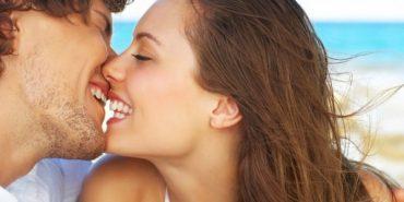 Вчені радять батькам цілуватися при дітях