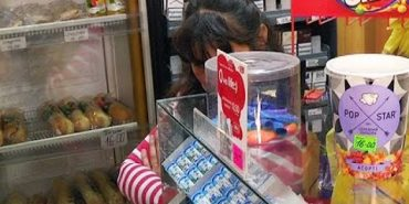 У коломийському магазині продали сигарети двом неповнолітнім . ВІДЕО