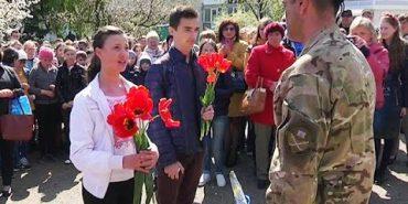 На Коломийщині всім селищем зустрічали Героя АТО. ВІДЕО
