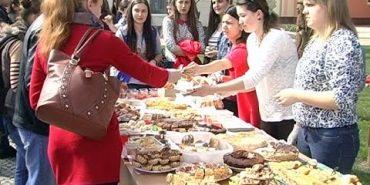 У Коломийському педколеджі зібрали 2300 гривень для онкохворих дітей. ВІДЕО