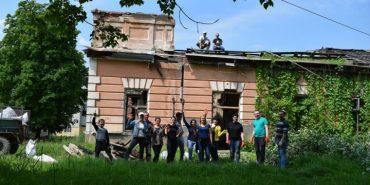 У Калуші активісти вивезли 2 причепи сміття з території історичної Ратуші. ФОТО