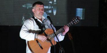 """Калушанин присвятив пісню """"Сивий туман"""" двом бійцям АТО, які залишились без ніг"""