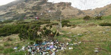 В Карпатах біля популярного серед туристів озера влаштували величезний смітник. ФОТОФАКТ