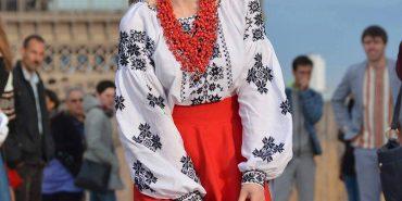 Коломиянка Юлія Курліщук організувала дефіле вишиванок біля Ейфелевої вежі та вишила сорочку Педану. ФОТО