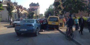 ДТП у Коломиї: іномарка зіткнулася з автобусом та автівкою, водій втік. ФОТОФАКТ