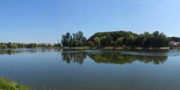 Коломиянам завадили скупатись в міському озері на Великдень