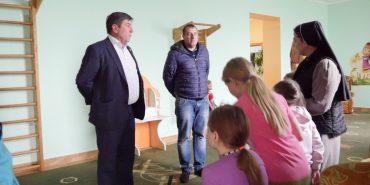 Юрій Тимошенко привіз подарунки сиротинцю і дитячому будинку-інтернатові