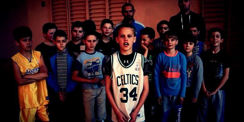 """Юні баскетболісти з Коломиї звернулися до БФ """"Покуття"""" допомогти у придбанні конструкції для стрітболу. ВІДЕО"""