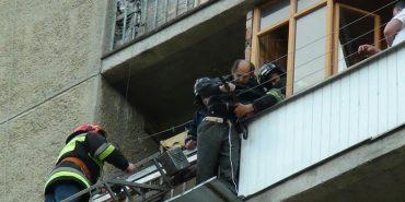 У Івано-Франківську чоловік переплутав балконні двері з вхідними і ледь не випав із 6-го поверху