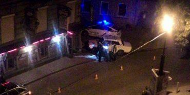 Вночі в Івано-Франківську машина в'їхала в кафе, п'яний водій намагався втекти