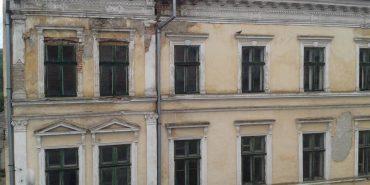 У центрі Коломиї обвалився карниз будинку. ФОТОФАКТ