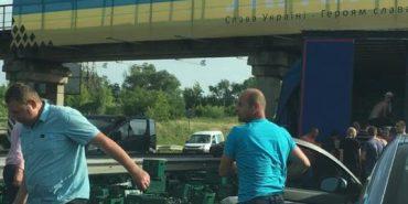 На Львівщині чоловіки ящиками крали пиво з вантажівки, яка потрапила в ДТП. ВІДЕО