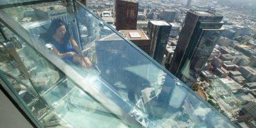 Небесна ковзанка. В Лос-Анджелесі можна спуститися скляною гіркою з висоти 73 поверху. ФОТО