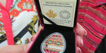 Коломийському музею подарували унікальну срібну монету в формі писанки, яку випустив Королівський канадський монетний двір