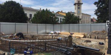 У середмісті Коломиї триває будівництво фонтана, який обладнають підсвіткою та музичним супроводом. ФОТО