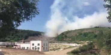 Сміттєзвалище біля Львова знову горить: для гасіння пожежі залучили авіацію. ВІДЕО