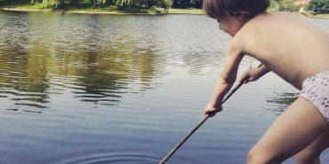 Величезна риба викинулася на берег коломийського озера. ФОТОФАКТ