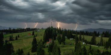 Оголошено штормове попередження: грози, град та вітер на Прикарпатті