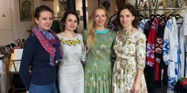"""Коломиянка Юлія Курліщук на мистецькій виставці в Парижі: """"Француженки купляють наші вишиванки"""". ФОТО"""