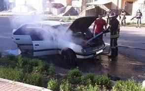 На Петлюри у Коломиї загорівся легковик. ФОТО