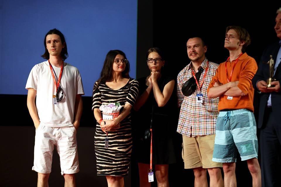 На знімку: Ярема Малащук (крайній ліворуч), Роман Хімей (крайній праворуч) серед переможців кінофестивалю.