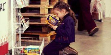 """Як заохотити дитину поміняти смартфон на книжку: """"Почитаєш – куплю морозиво"""""""